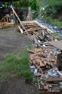 Avant de se retrouver collés au mur de Marie-Yolande, les cochons étaient hébergés dans un enclos plus près de la maison de la voisine... Mais le terrain s'est effondré dans la rivière.