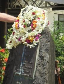 La stèle de Paul Bernard, Président-fondateur de la compagnie TAI, fleurie par les anciens de la TAI, du RAI et de l'Aviation Civile.