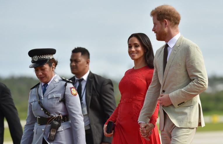 Harry et Meghan en rouge vif aux Tonga
