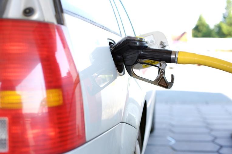 Le gouvernement tente de désamorcer le mécontentement face au prix de l'essence