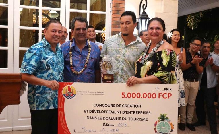 Le polynésien Tirianu Walker a recçu un chèque de 5 000 000 francs. Crédit Présidence de la Polynésie française.