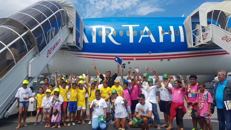 Le survol des Raromatai offert à 29 jeunes sportifs