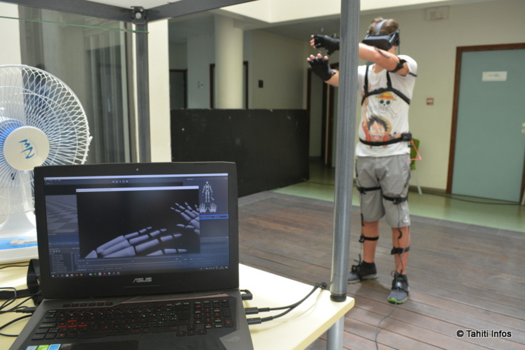 Pendant ce temps au 1er étage de la CCISM, les élèves de Poly3D ont inventé Ready Player One dans la vraie vie ! Avec des capteurs de mouvements connectés et un casque de réalité virtuelle, le joueur voit tous ses mouvements reproduits en temps réel dans un monde virtuel, peuplé de dinosaures. A tester !