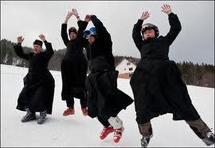 En soutane, tout schuss, les prêtres polonais font du ski