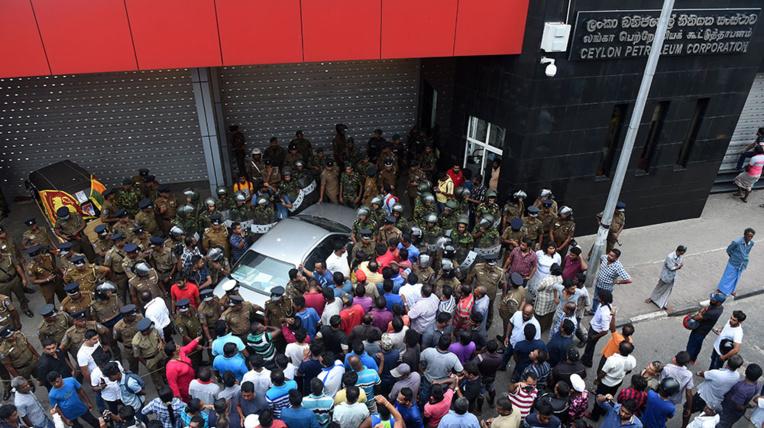 """Craintes d'un """"bain de sang"""" au Sri Lanka, plongé dans la crise politique"""