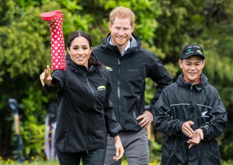 Nouvelle-Zélande: Meghan bat Harry au lancer de botte en caoutchouc