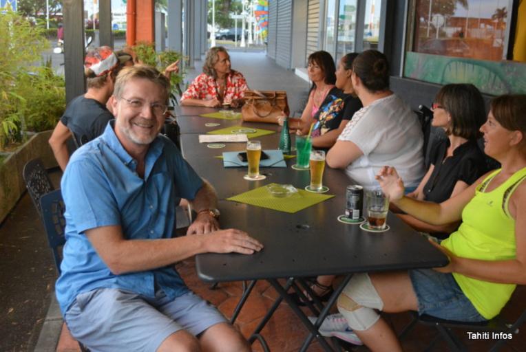 """Raymond Hinz (à gauche), président de l'association """"Amis de l'Alsace en Polynésie"""", entouré des premiers membres de l'amicale créée lundi soir."""