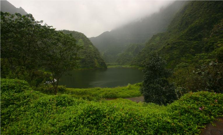 Le lac Vaihiria est le seul plan d'eau naturel de Tahiti. Il est situé à 473m d'altitude et mesure jusqu'à 800 m en longueur lorsqu'il est plein.
