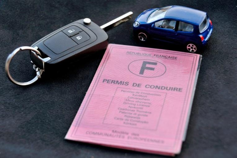 """Macron annonce une """"baisse drastique du coût du permis"""" de conduire"""