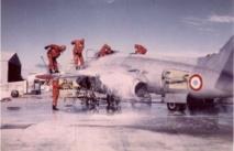 En 1966, décontamination d'un avion Vautour à Hao après son passage dans un nuage radioactif (Photo J.Enne issue du site www.moruroa.org)