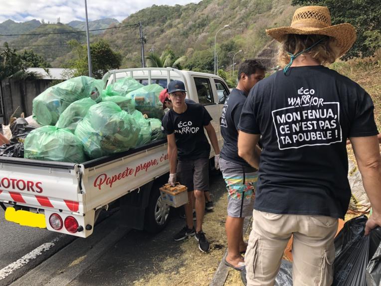 """""""Mon fenua ce n'est pas ta poubelle"""". C'est vêtus d'un t-shirt noir avec ce slogan dans le dos, que les Eco Warriors ont débuté leurs actions hier dans la vallée de Titioro."""