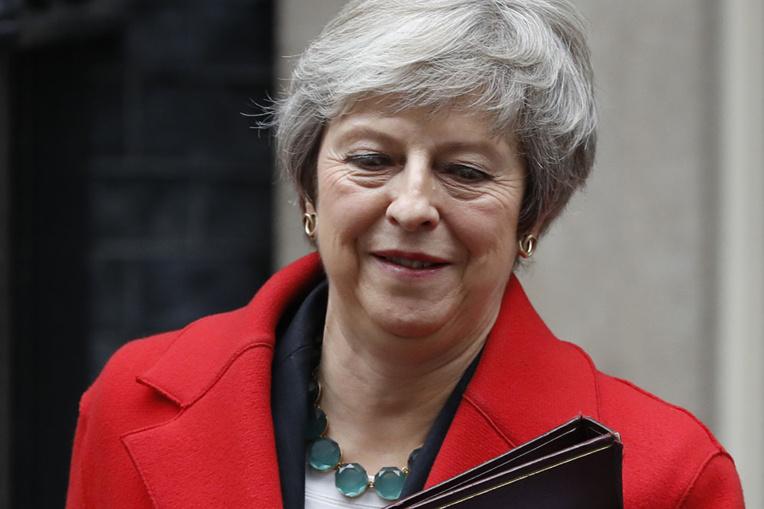 Theresa May lutte pour sa survie sur le Brexit