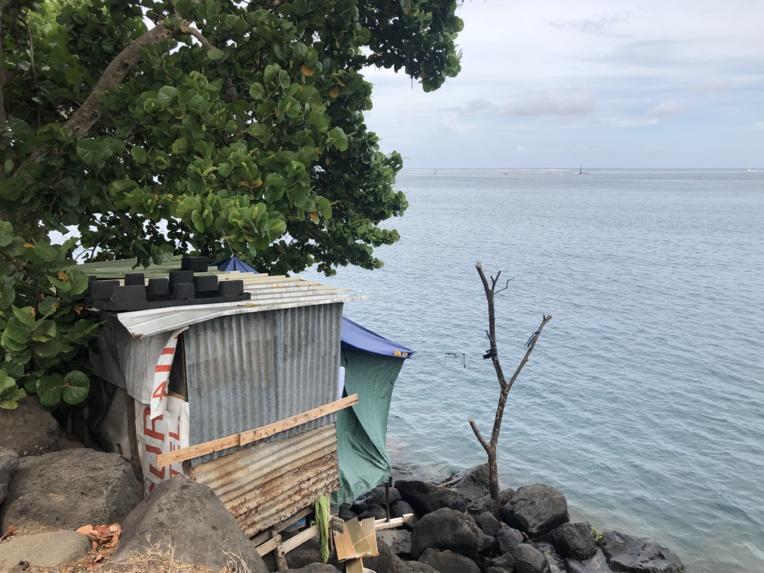 Si la vue est imprenable sur la rade de Papeete, le confort de son côté, est des plus rudimentaires. Pas d'eau courante, pas d'électricité, sans oublier le passage constant de véhicules à quelques mètres de là, et les rochers en contre-bas.