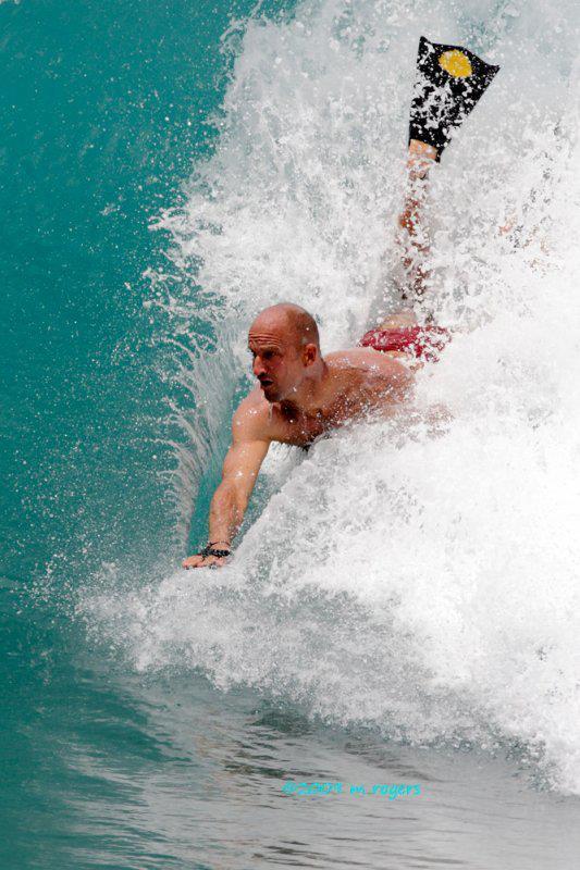 Mike Stewart continue d'explorer, ici en bodysurf