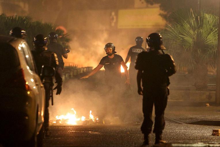 """Violences à La Réunion: Emmanuel Macron annonce une réponse """"intraitable"""""""