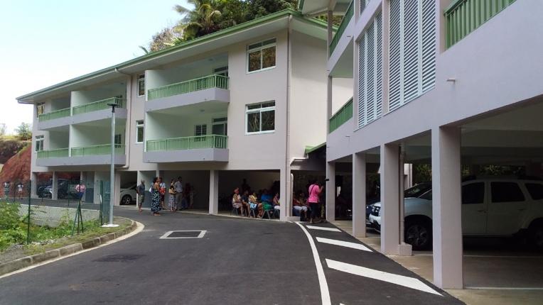Les seize logements sont répartis sur trois bâtiments. Une aire de jeux et des agrès sportifs ont été aménagés.