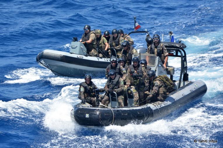 L'équipe de visite, lourdement armée, agit comme un gendarme de la pêche. Elle contrôle les papiers des bateaux de pêche, mais surtout leurs cargaisons. Une fois à bord, les militaires s'assurent de la coopération de l'équipage pendant qu'un officier spécialement formé et assermenté conduit l'inspection.