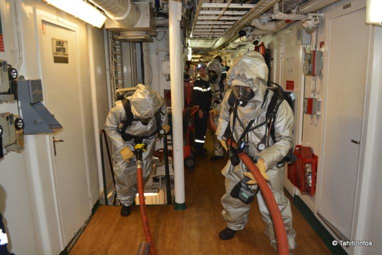 Le temps à bord n'est jamais oisif. Ici un exercice incendie mobilisant une grande partie de l'équipage, puisque tout le monde à bord est marin-pompier.