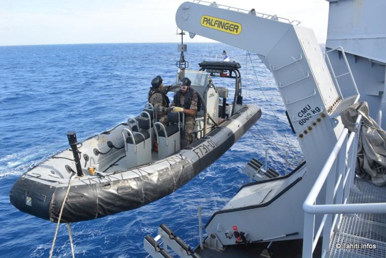 Le Prairial a une drôme de quatre embarcations, avec les grues et bossoirs pour les mettre à l'eau.