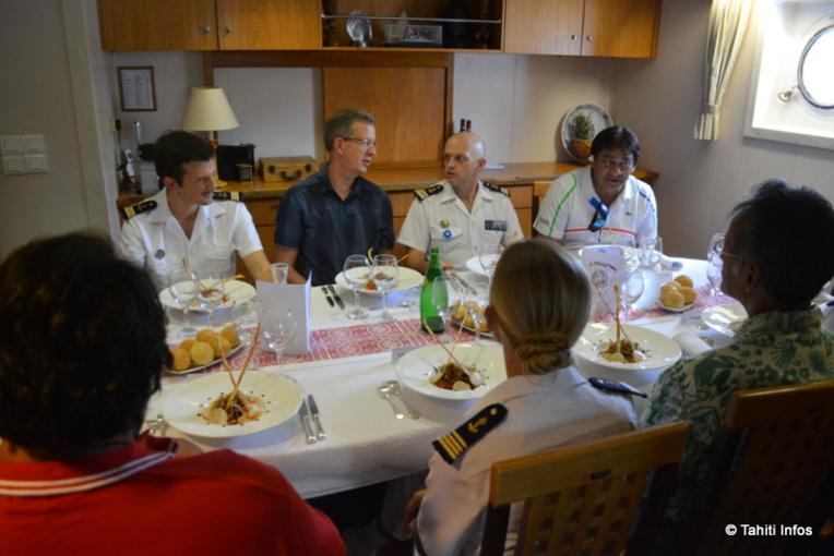 Avec des cuisiniers et des maîtres d'hôtel, le Prairial peut assurer des missions diplomatiques et recevoir des personnalités officielles. Ici les dignitaires de Nuku Hiva.