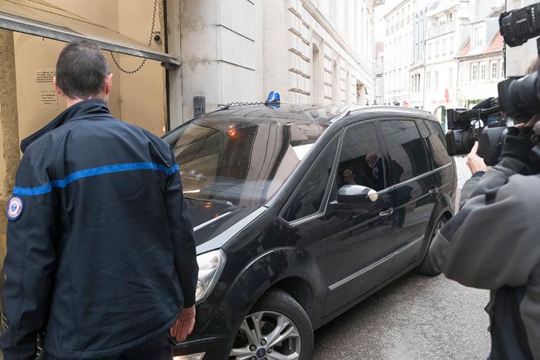 """Meurtre d'Alexia Daval: le mari et suspect interrogé sur sa thèse de """"complot familial"""""""