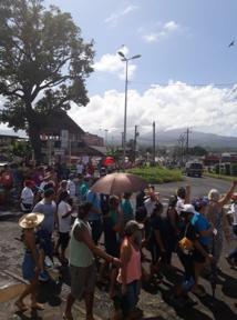 Plus de 300 habitants de la Presqu'île ont marché pour montrer leur opposition face au projet de porcherie à Taravao.