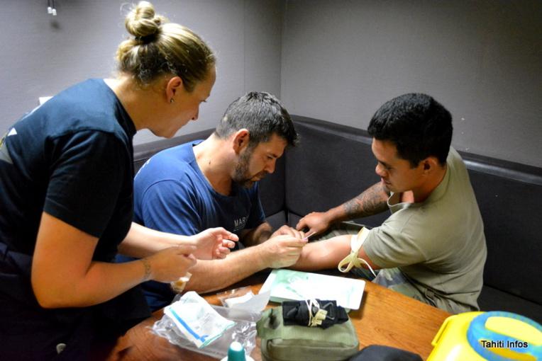 Une formation de soins d'urgence, avec le docteur et l'infirmière du bord.