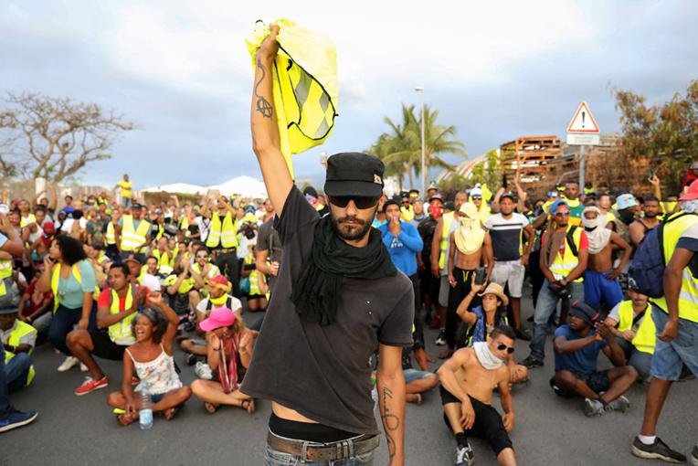"""""""Gilets jaunes"""" à La Réunion: affrontements autour du barrage du Grand port maritime"""