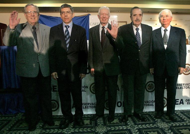 L'ex-président colombien Belisario Betancourt (à droite).
