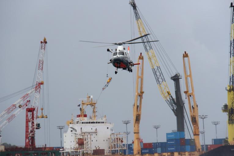 Simulation d'un hélitreuillage dans le port de Papeete.