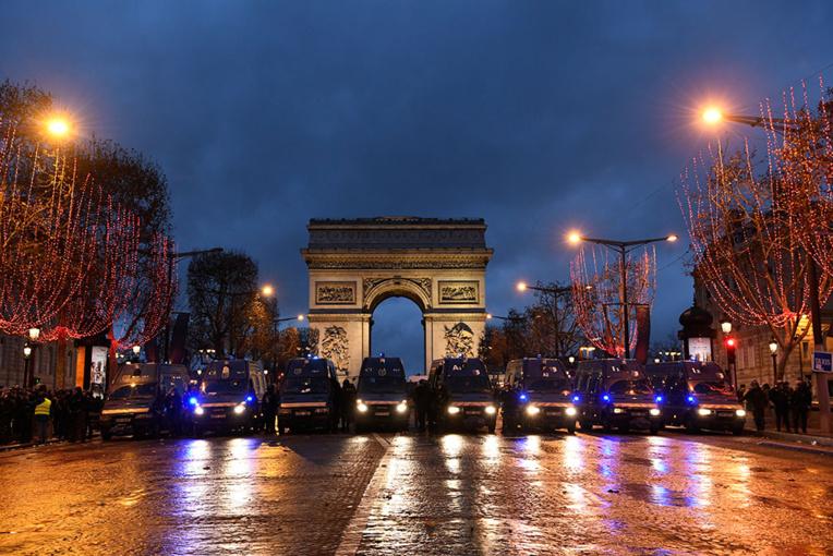 """""""Gilets jaunes"""": des heurts à Paris et en province, Philippe veut """"retisser l'unité nationale"""""""