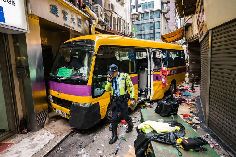 Hong Kong: un bus monte sur un trottoir bondé, 4 morts
