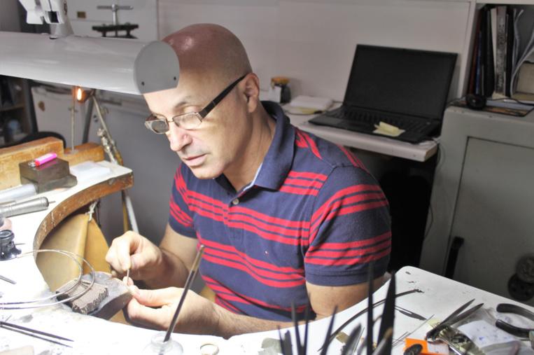 Régis Carré est bijoutier-joaillier dans le centre de Papeete.