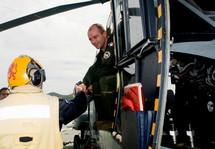 Embarquement de l'hélicoptère Puma de l'armée française à bord de la frégate néo-zélandaise HMNZS Canterbury lors de son passage à Nouméa le vendredi 8 avril 2011 (Source photo : Ministère néo-zélandais de la défense).