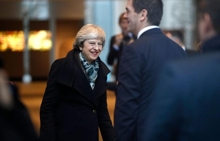 Brexit : Theresa May tente d'arracher des concessions des Européens