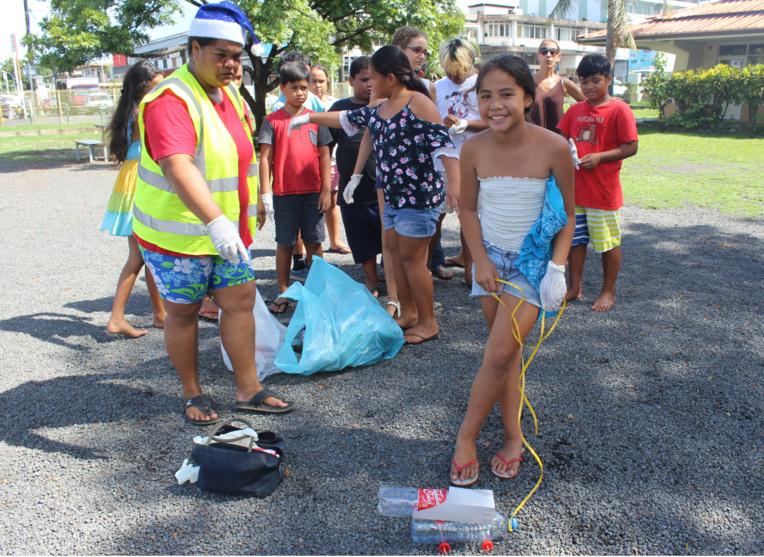 -Les écoliers ont participé à un relais du tri avec une bouteille recyclée en camion poubelle.