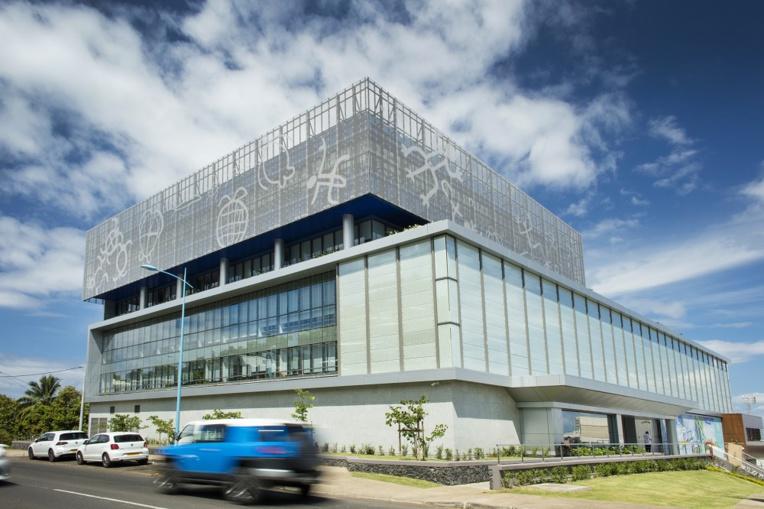 """Le chantier de l'immeuble Tua Rata représente un investissement total de 3,65 milliards de francs. Ce bâtiment d'une superficie de 14 000 mètres carrés, réparti sur huit niveaux accueille, et éuni en seul lieu """"deux entreprises majeures"""" du territoire a insisté Edouard Fritch, président de la Polynésie française. (©Gregoirelebacon)"""