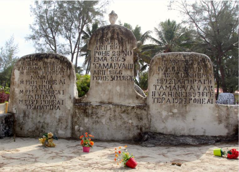 Le plus célèbre ensemble funéraire de Rimatara, la tombe de quatre souverains de la dynastie des Tamaeva, la dernière reine étant décédée en 1923.