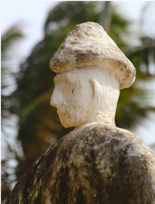 Belle sculpture sur le tombeau royal des Tamaeava, le roi ou la reine étant coiffé d'un chapeau non identifié.