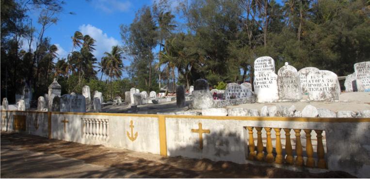 Le cimetière de Amaru a un charme fou ; juste en face du Pacifique.
