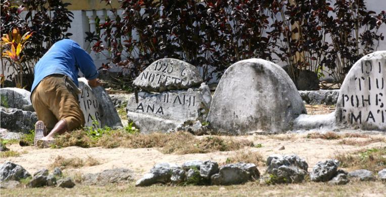On ne ménage pas sa peine pour entretenir les tombes des anciens.