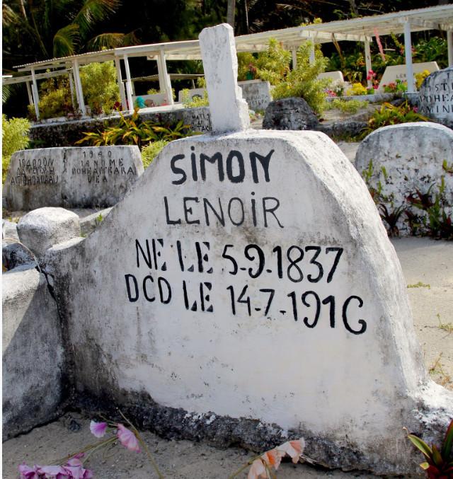 La tombe de Simon Lenoir avec un « DCD » digne de nos SMS modernes.