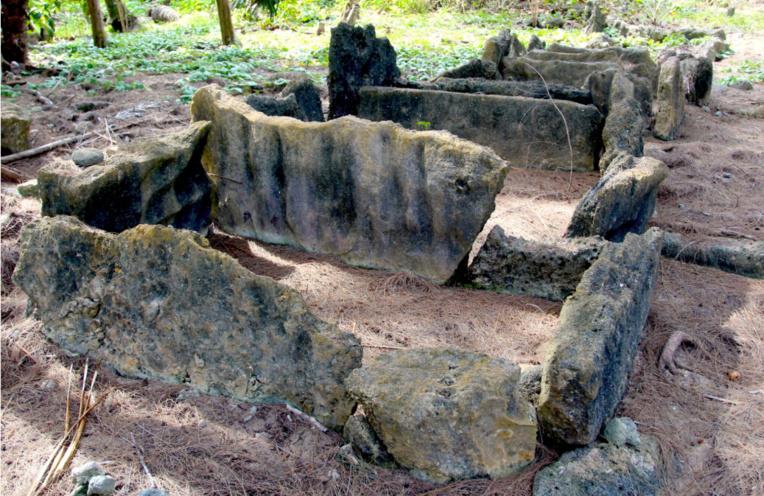 On voit bien que les pierres du marae ont été recyclées pour faire des tombes à Irirua.