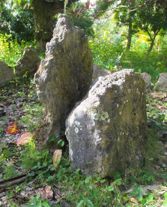 La plus grande dalle marque le milieu de l'île, la plus petite serait la stèle de Tamaeva I