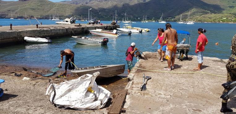 Opération de nettoyage du littoral à Nuku Hiva