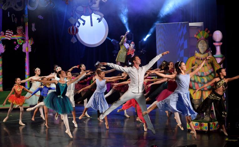 Le final de Casse noisette avec les brillants élèves du centre André Tschan! Superbes décors également de Rémy Crochemore.
