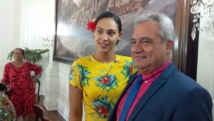 Hinarere Taputu, aux côtés du ministre de la Culture