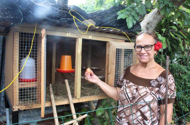 Elmoza Faatoa a été choisie avec cinq autres familles pour accueillir des poules pondeuses.