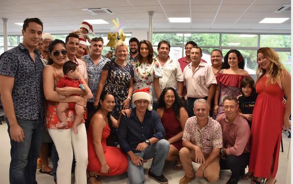 L'équipe de Fenuacom entoure Miss France 2019 lors de sa visite le 24 décembre