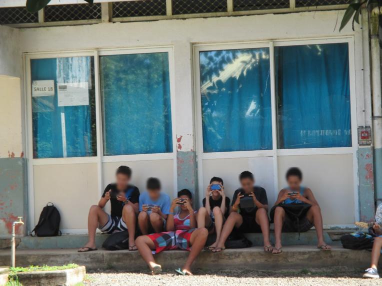 """Portables dans les écoles : il est """"urgent"""" de légiférer selon le CESC"""